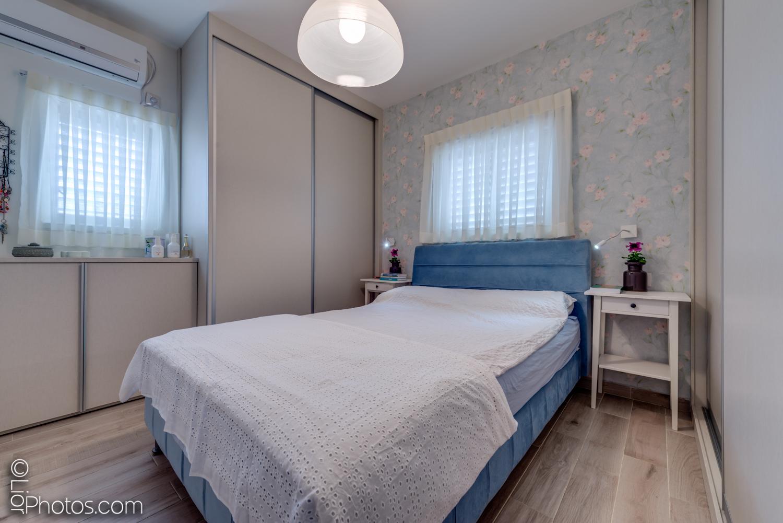 חדר שינה עם טפט למראה כפרי