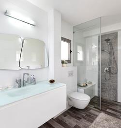 מקלחת עם חומרים מודרניים