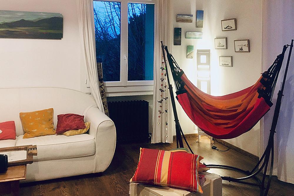 Un hamac fauteuil sur pied dans la maison