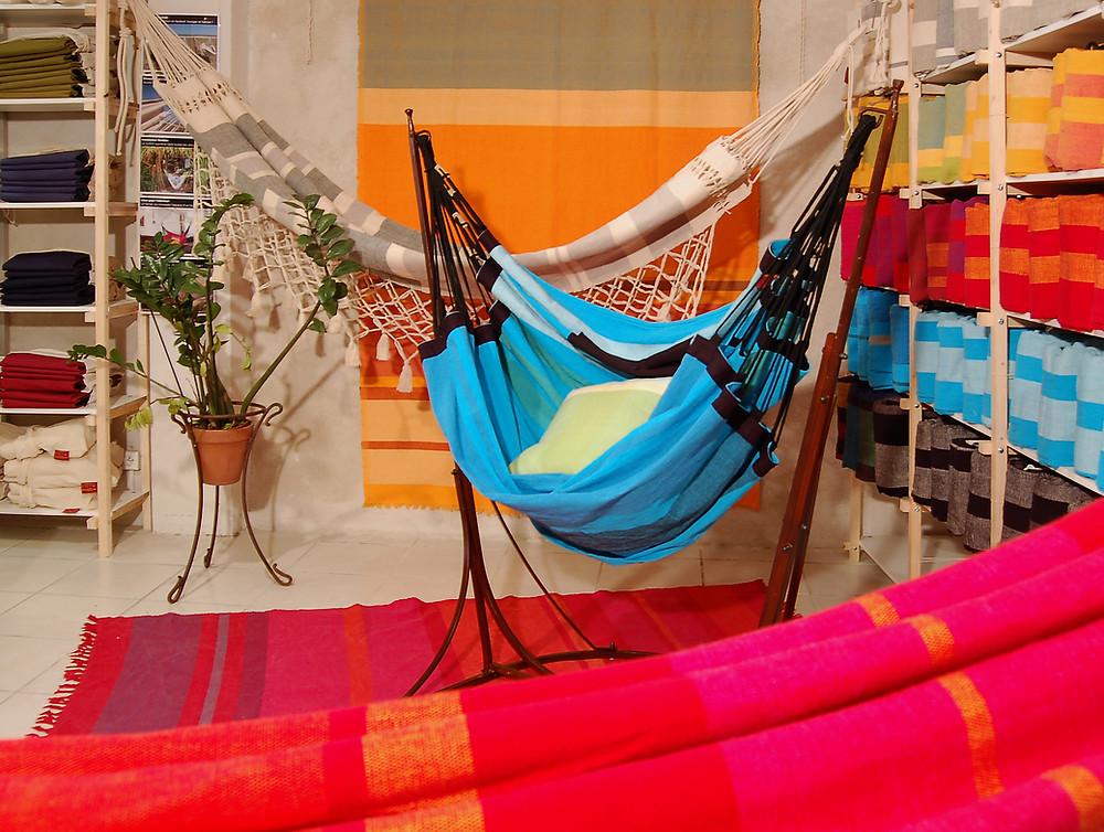 Hamacs et hamac fauteuil dans le showroom, colorés et confortables