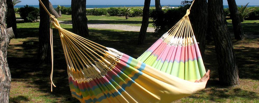 Hamac multicolore pur coton entre deux arbres