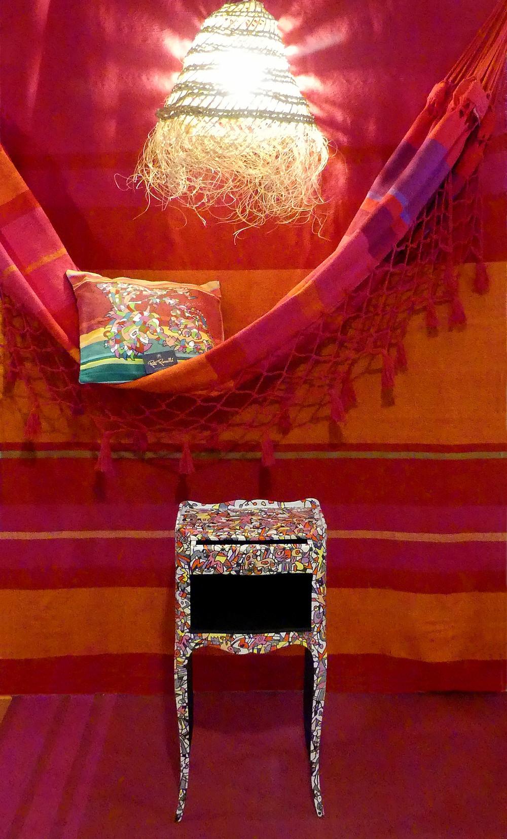 Décoration autour d'un hamac avec objets peints de Ruti Russelli, Elne