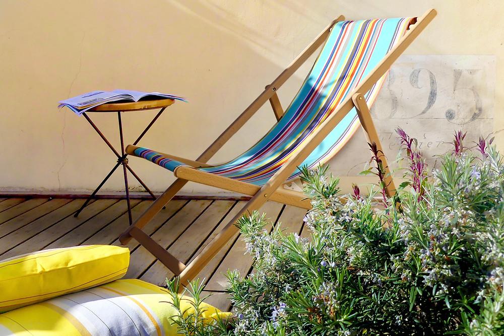Simple aménagement de ma petite terrasse avec chilienne et coussins par terre