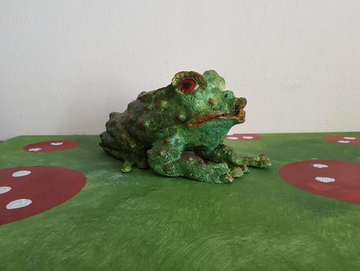 Prince ou crapaud?  Sculpture en papier maché Dim : 20*20*15 cm Anne C Creation