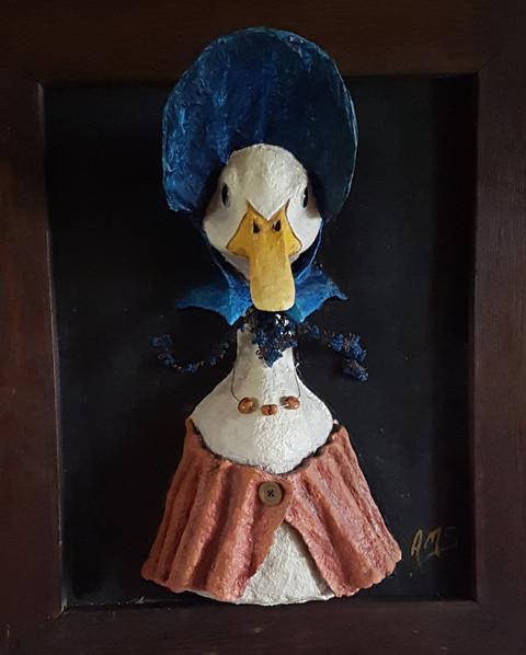 Miss Canetang Sortie du cadre de Mme Beatrix Potter Sculpture tableau en papier maché réalisée sur commande Dim : 50*70*30 cm Vendue Anne C Creation