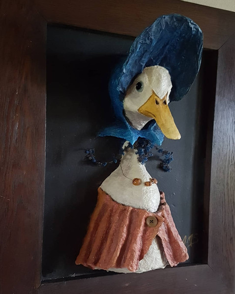 Miss Canetang Sortir du cadre Sculpture tableau realisée en papier maché inspiré par Sophie Canetang de Beatrix Potter. Dim : 55*70*33 cm Vendue Anne C Creation