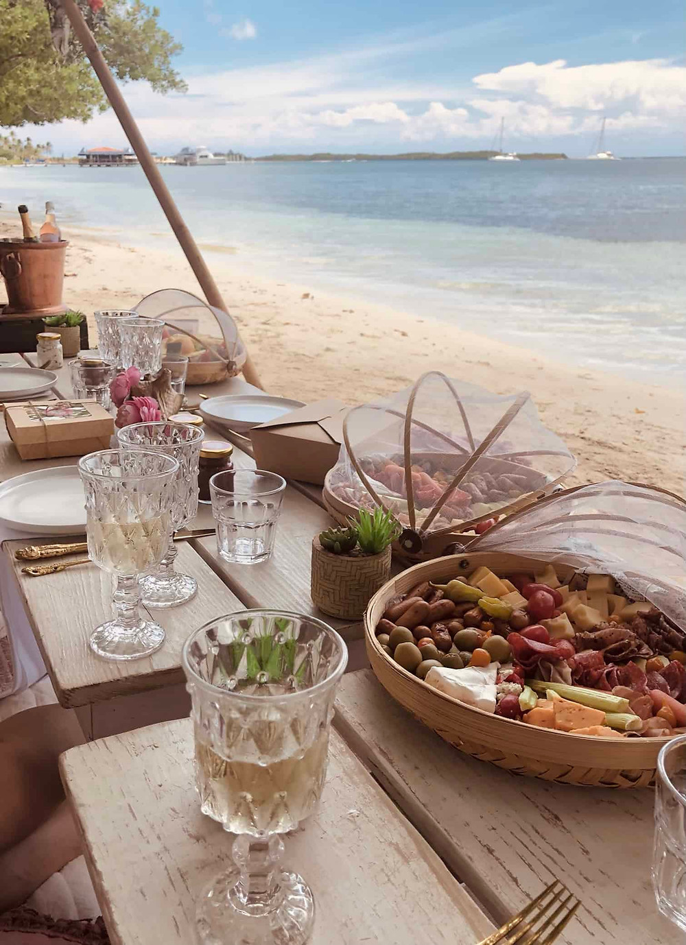 Private beach lunch by Picnic Aruba
