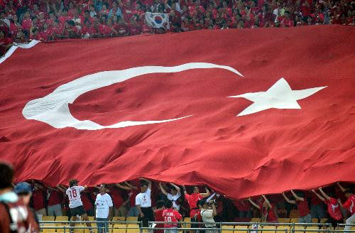 2002 Dünya Kupasında 3.lük maçında yenilen Güney Kore taraftarları Türk bayrağını dalgalandırıyor.