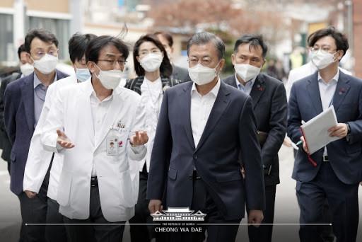 Kore Devlet Başkanı Moon Jae In koronavirüs hakkında bilgi alıyor.