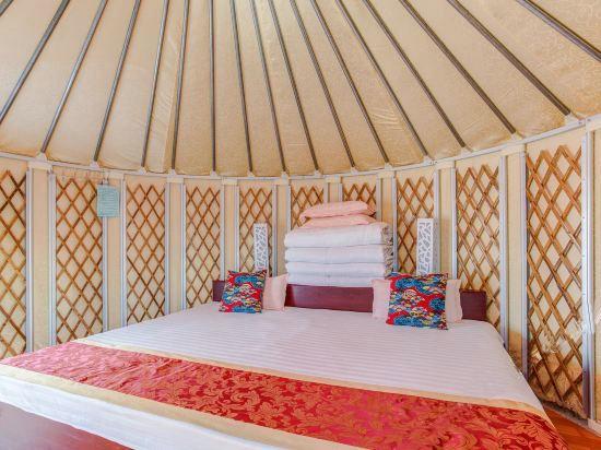yurt living rooom