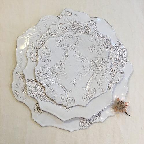 Assiette plate blanche, Impression dentelles