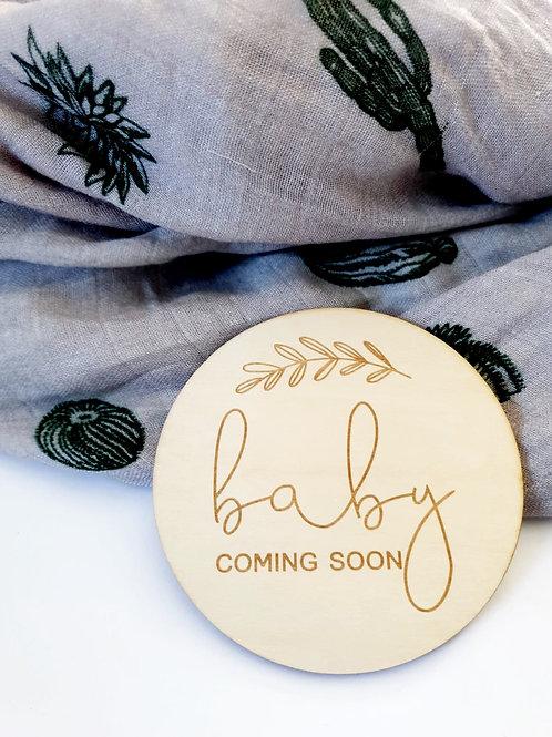 Houten schijf ' Baby coming soon '