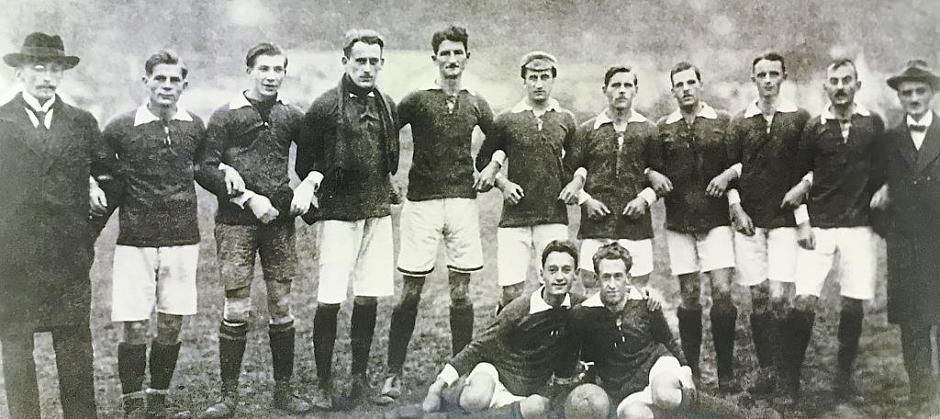 Die Gründungself des VfB musste einige Niederlagen einstecken. Seit Ende 1945 gab es auch eine Jugendgruppe (unten)