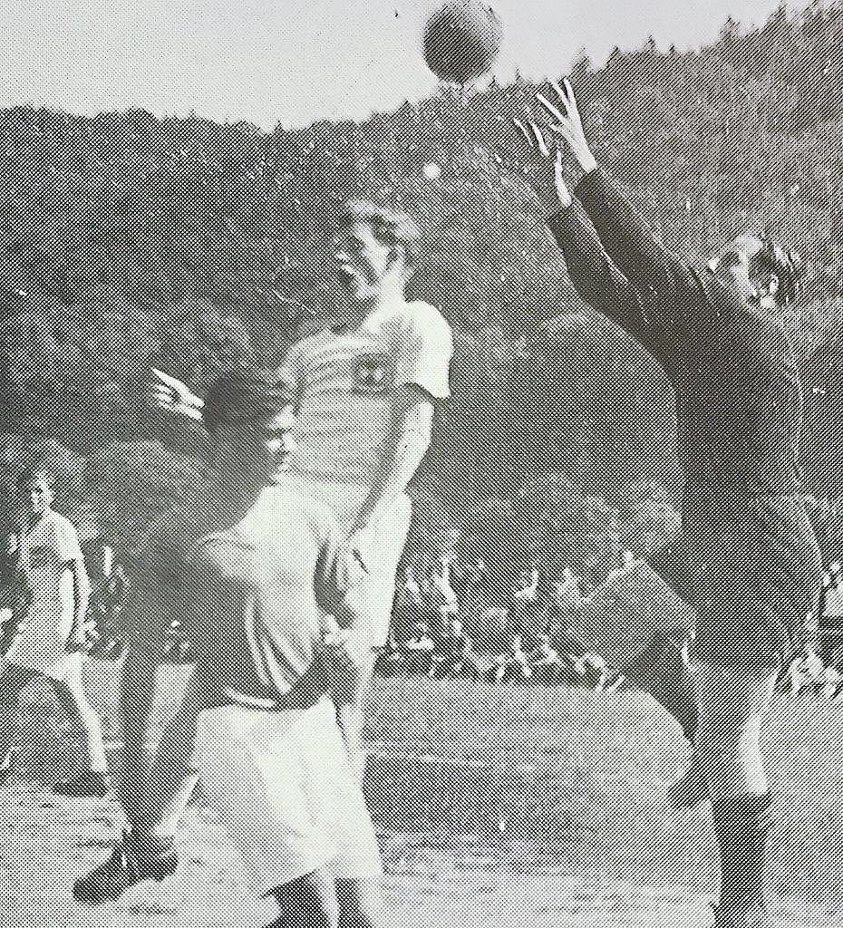 Ein großer Rückhalt war einmal mehr der zuverlässige Schlussmann Gerd Mai, der, wie auf dem Bild zu sehen, den Ball sicher abfängt .