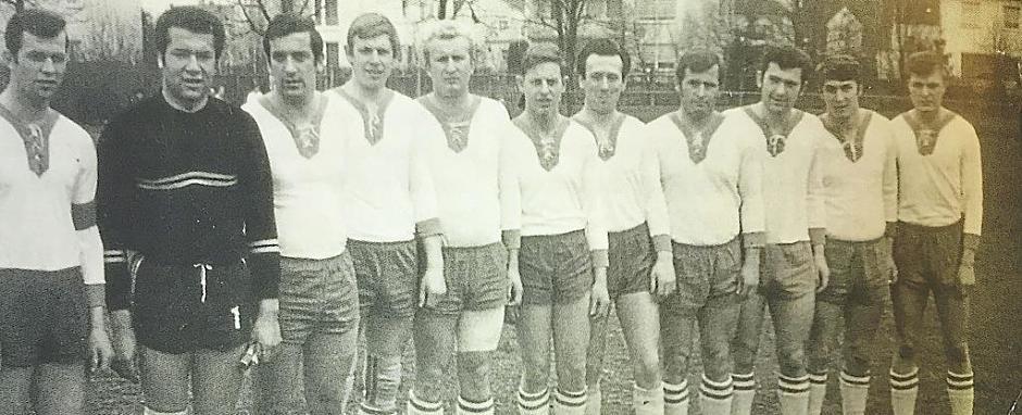 """VfB-Mannschaft im Frühjahr 1968: (von links) Siegfried Silbermann, Josef """"Pele"""" Neumeyer, Rein hard Reb, Josef """"Pip"""" Kraus, Willi Kaiser, Gerhard Schmidt, Gert Lehner, Hermann Stark, Egid Frey, Ludwig Graubmann und Karl Kretschmeier. VfB Archiv"""