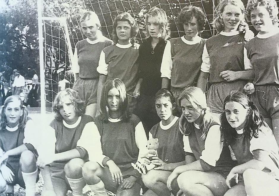 Die erste Fußballdamenmannschaft des VfB im Jahr 1971: (hintere Reihe von links) Johanna Maier (verh. Plank), Christine Vogel (verh. Graubmann), Marianne Schellkopf (verh. Fürsich), Birgit Eichiner (verh. Otz), Romana Kretschmeier, Gabi Kölle (verh. Bittl); vorne: Gabi Unger (verh. Pöschl), Cornelia Ziegelmeier (verh. Neißer), Franziska Rindfleisch, Marlies Genzel (verh. Zeitlinger), Anita Frey (verh. Knör), Gerda Zieglwalner (verh. Wittmann). Nicht auf dem Foto sind: Maria Kopleder, Christine Friedl (verh. Pfrang), Adelheid Gegg (verh. Diernhofer), Monika Schellkopf (verh. Richter), Marlene Steck (verh. Niedermeier) und Sylvia Rausch (verh. Rucker).