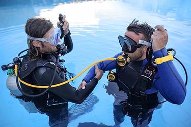 Duikers trainen in zwembad