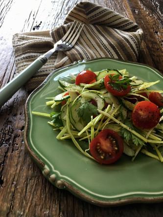 Salada de Alho Poró, Pepino e Tomate Cereja