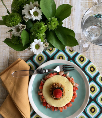 Mini Cake de Chocolate Branco com Doce de Leite e Morangos