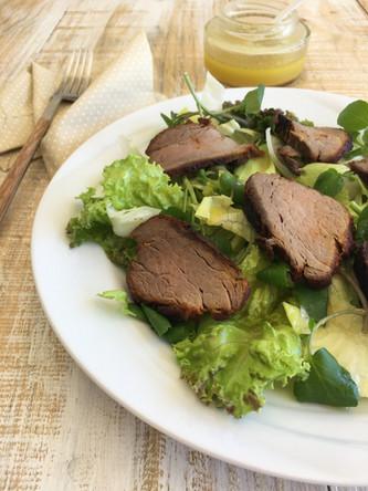 Carne Assada com Salada de Folhas Verdes