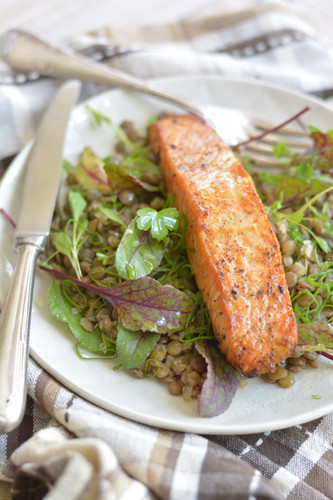 Salmão Grelhado com Salada de Lentilha
