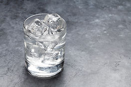 glass-of-water-with-ice-cubes-P2HGT79.jp