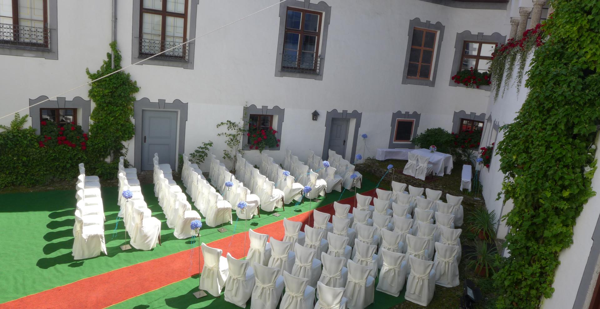 kirchliche oder freie Trauung im Schlosshof