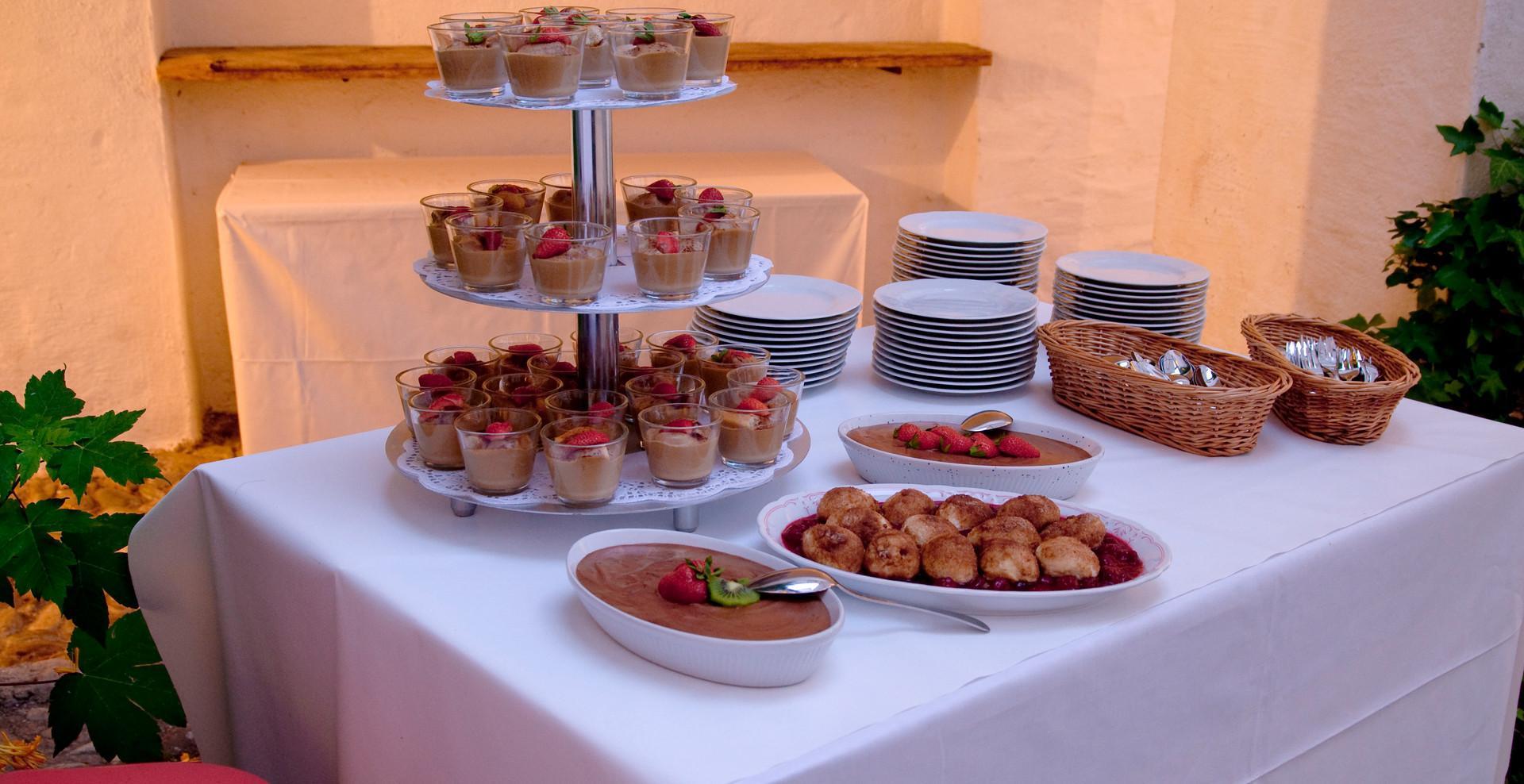 Nach dem Abendessen geleiten Sie Ihre Gäste wieder in den Schlosshof, wo schon ein üppiges Dessertbuffet...