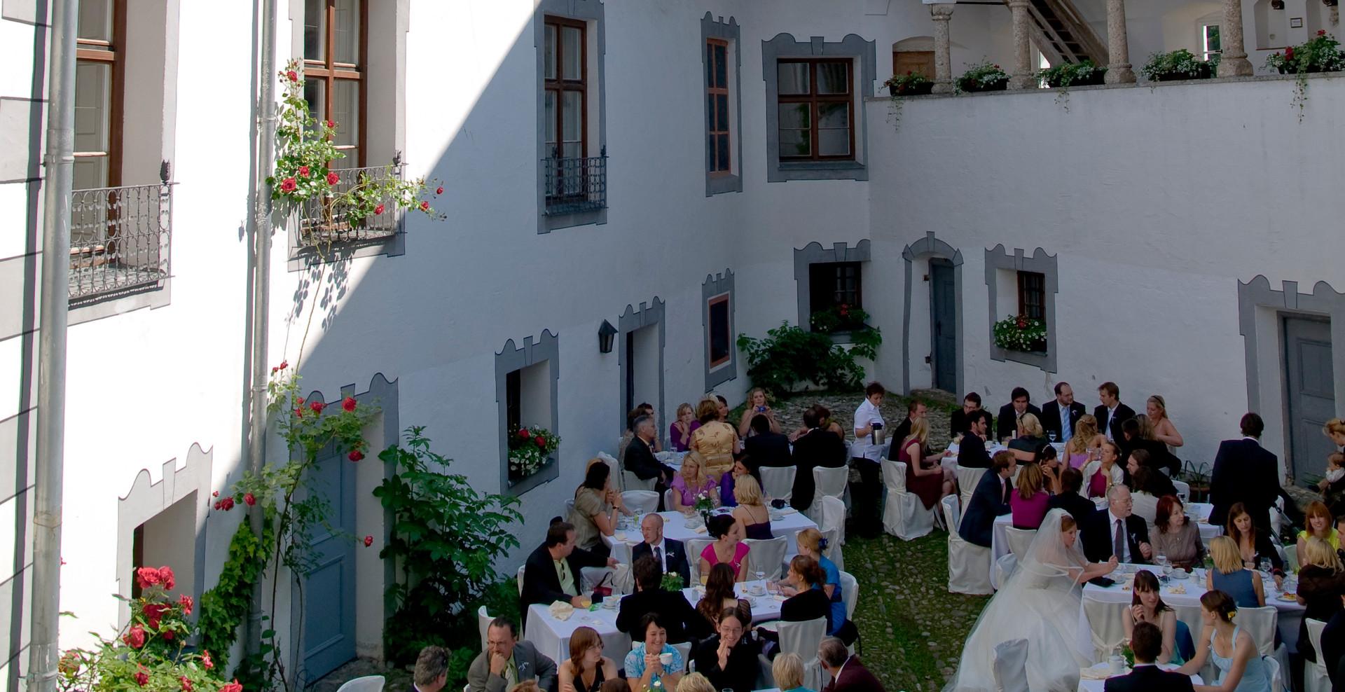 Anschließend bewirten Sie Ihre Lieben im Schlosshof mit Kaffee und Kuchen.