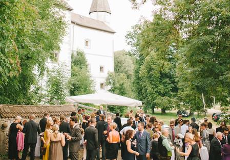 Laden Sie Ihre Gäste zu einem Empfang vor die Tore des Schlosses ein.