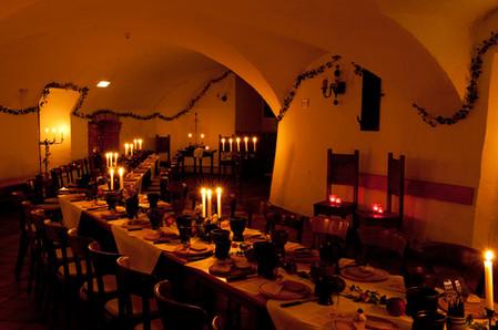 Ritterliches Ambiente garantieren der historische Gewölbesaal...