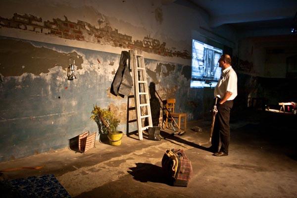 """Владимир Опара видео инсталляция """"Депортация"""", 2010, Дрезден"""