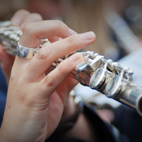 tocando flauta