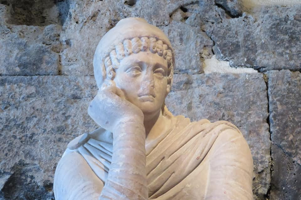 A statue thinks about the 5 writing rules for writing creative nonfiction.