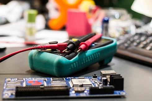 multimetro-con-piezas-electronicas_3067-90.jpg