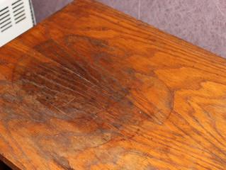 Die Flecken-Entfernung auf Holz