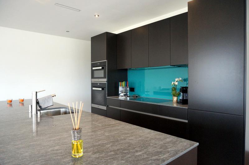 Küche mit Glasrückwand