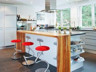 Einbauküche mit Nussbaumbar