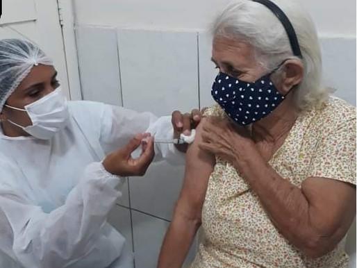 Saúde de Piripiri vacina  pessoas de 68 anos