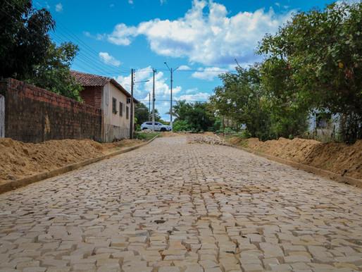 Prefeita e comitiva visitam obras de pavimentação prometidas há 20 anos