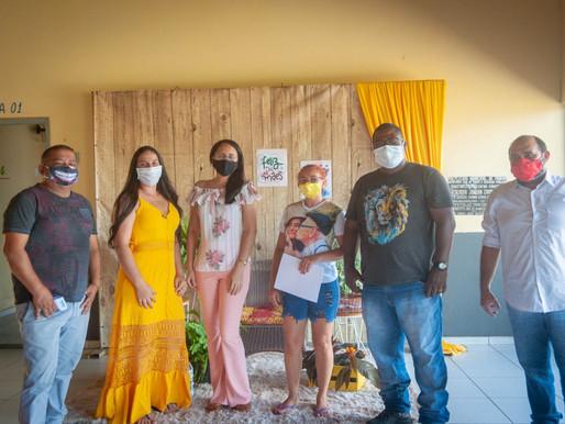 SEDUC em Piripiri antecipa comemoração do Dia das Mães na entrega de material escolar