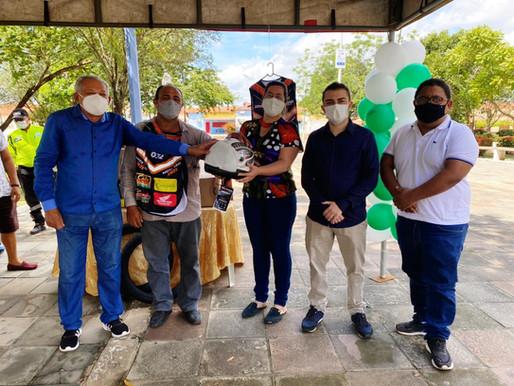 SUTRAN de Piripiri, em parceria com empresas, entrega coletes para 200 mototaxistas