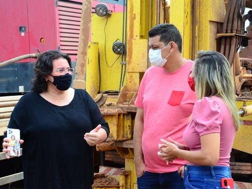 Prefeita Jôve Oliveira e presidente da Câmara Alan Osório visitam trabalho de perfuração de poços