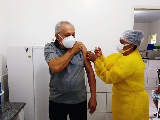 Vice-prefeito de Piripiri recebe a 1ª dose da vacina contra a covid-19