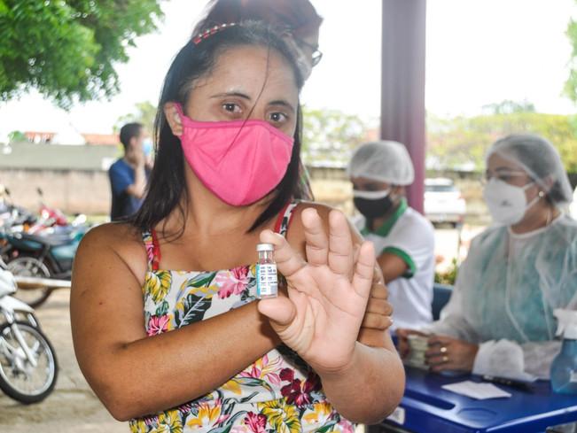 Secretaria de Saúde vacina usuários  da APAE de Piripiri contra a covid-19