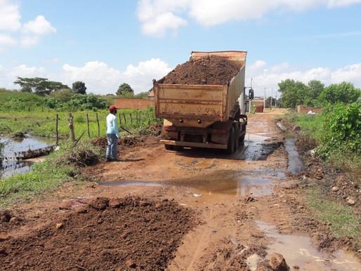SEDESP recupera ruas intrafegáveis no bairro Fonte dos Matos em Piripiri