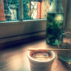 Káva na okně