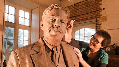 hazel-reeves-and-gresley-statue-1---phot