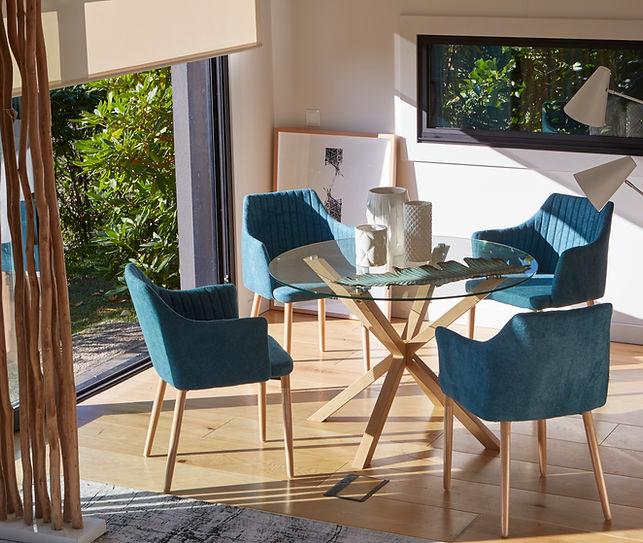 Mesa redonda con silla