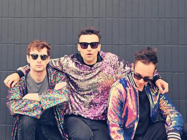 """Conheça """"Zkeletonz"""": o trio britânico de alt-pop cheio de referências inusitadas"""